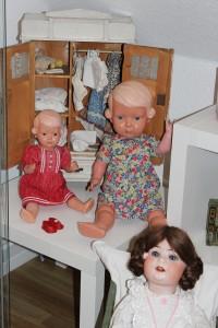Puppen und Puppenschrank