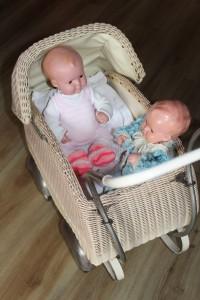 Puppen in Puppenwagen