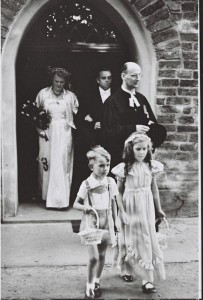 Brautpaar kommt aus der Kirche