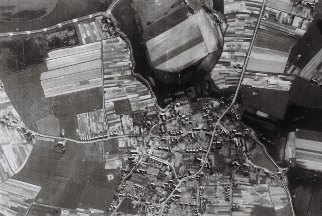 Luftaufnahme der British Airforce von Arsten mit überschwemmter Ochtum am 16.4.1945