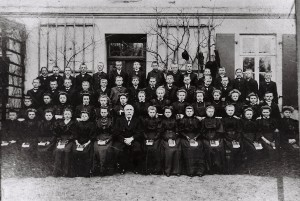 Pastor Rieke mit Konfirmanden vor dem Pastorenhaus um 1912