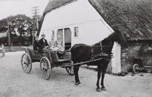Willers Hilfen vor Warnkens Haus amTwiedelftsweg um 1920