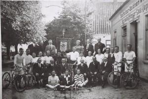 """Radsportverein """"Solidarität"""" vor dem Gasthof """"Zur Goldenen Wiege"""" um 1920"""