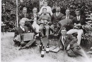 """Club """"Frisch auf"""" im Sommergarten von Bothe um 1915"""