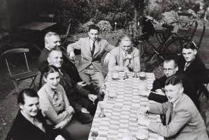 Lehrerkollegium der Arster Schule im Korbhaus-Garten 1936/37